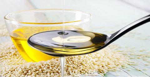 Anwendung und Wirkung von Ölziehen. Ölziehen hilft gegen Karies, Mundgeruch und viele weitere Beschwerden.